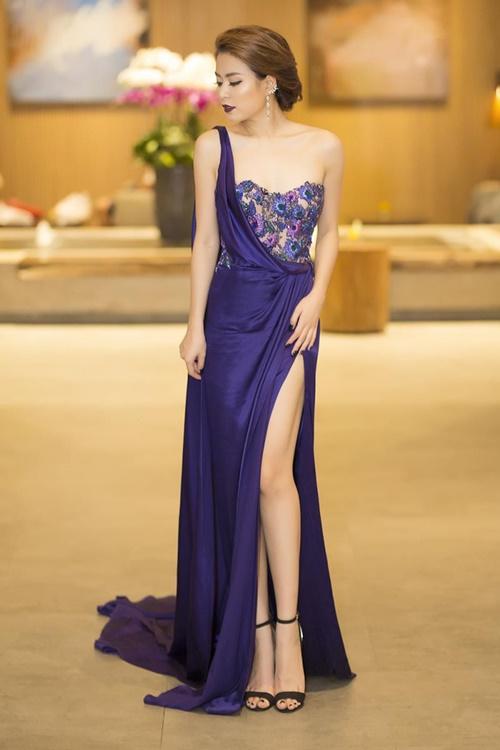Bộ đầm tím kiểu dáng lệch vai, xẻ tà mang đến cho Hoàng Thùy Linh diện mạo nổi bật, quyến rũ.