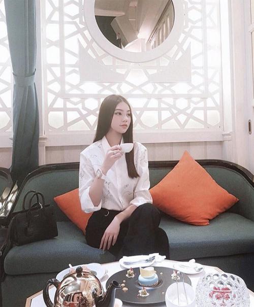 Jolie Nguyễn thưởng thức trà chiều sang chảnh đúng chuẩn con nhà giàu.