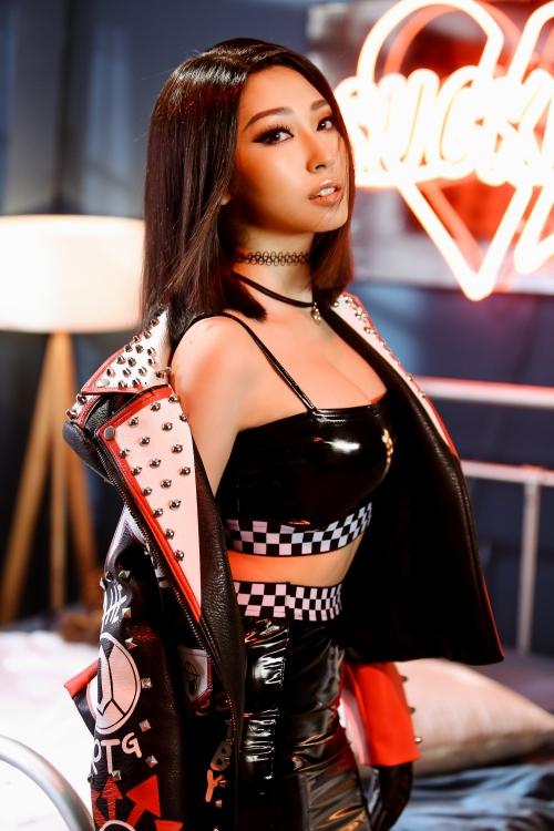 Một hình tượng qua bộ trang phục con rắn nhằm ngụ ý về sự lạnh lùng, dứt khoác của cô gái khi được vực dậy khỏi lưới tình.