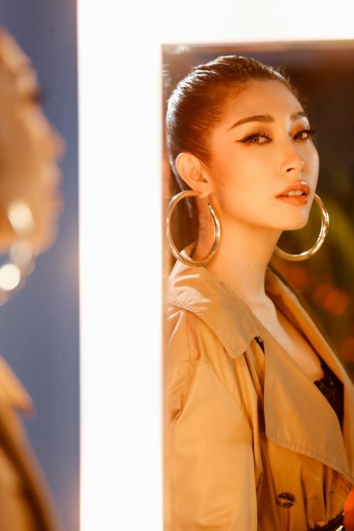 Nữ ca sĩ chi mạnh tay đầu tư nhiều set quay khủng nhằm giải mã cho 7 hình tượng khác nhau này. Cô tiết lộ đây là MV khủng nhất sự nghiệp sau gần 10 năm vào nghề.