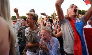 CĐV Nga 'đi bão' ăn mừng đội nhà vào tứ kết