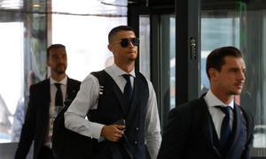 Ronaldo mặc bảnh bao, cùng đồng đội về nước