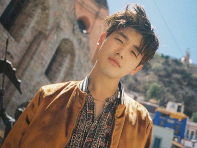 """<p> <strong>Eric Nam</strong>: Giọng ca người Mỹ gốc Hàn, Eric Nam, sinh ngày 17/11/1988. Anh từng là hiện tượng trên Youtube trước khi tham gia <em>Birth Of A Great Star</em> và theo đuổi sự nghiệp âm nhạc tại Hàn khi ký hợp đồng với B2M, công ty của Lee Hyo Ri. Giọng hát ngọt ngào và ngoại hình đẹp trai của Eric Nam khiến nhiều fan nữ """"đổ gục"""". Anh từng được tạp chí GQ Korea bình chọn là """"Man of the Year"""" năm 2016.</p>"""