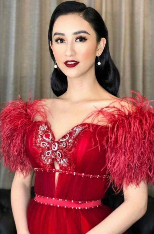 Á hậu Hà Thu cầm trịch đêm chung kết Duyên dáng Bolero với bộ đầm dạ hội lộng lẫy của NTK Đỗ Long.