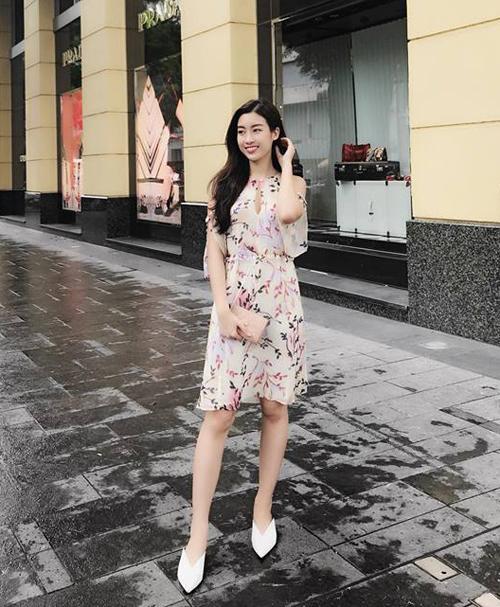 Mỹ Linh hiền xinh xuống phố với váy hoa và giày cao gót trắng đậm chất cổ điển.