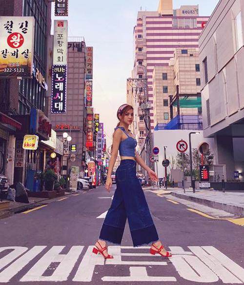 Phương Trinh Jolie diện cây denim kèm sandals đỏ chót rực rỡ, nổi bật trên đường phố Seoul.