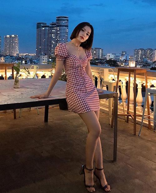 Chiếc váy họa tiết gingham khoe khéo vòng một giúp Chi Pu trông sexy chẳng kém gái Hàn.