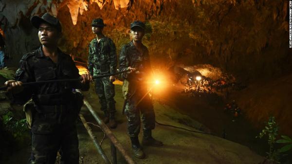 Khoảng 840 binh sĩ, 90 thành viên đơn vị đặc nhiệm, 4 trực thăng, các trang thiết bị cứu hộ thiên tai được triển khai. Ảnh: CNN