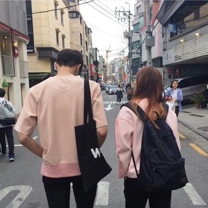 <p> Các chàng trai Hàn Quốc dường như luôn sẵn sàng diện gam màu này cùng bạn gái mỗi lần ra phố.</p>