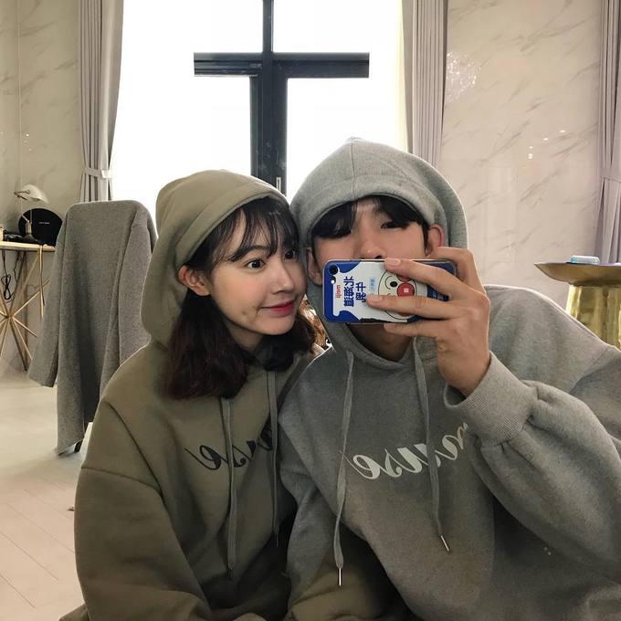 """<p> <strong>Áo hoodie: </strong>Bất kẻ chạy theo xu hướng nào, áo hoodie vẫn luôn là item """"truyền thống"""" của giới trẻ Hàn.</p>"""