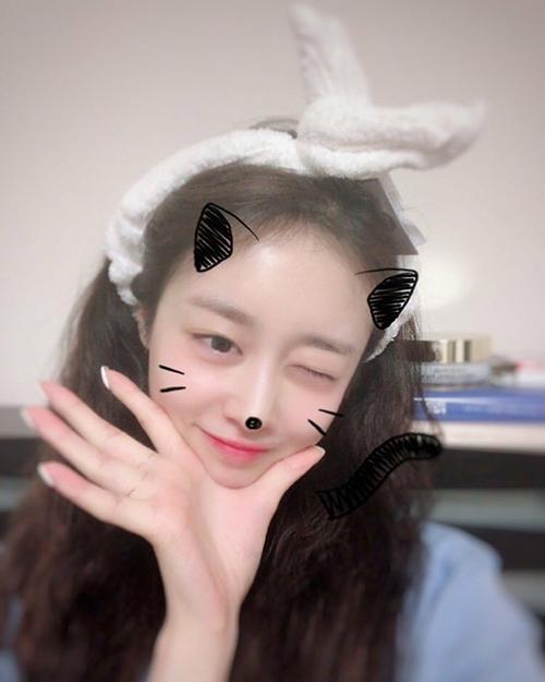 Ji Yeon hóa thân thành cô mèo đáng yêu trong ảnh tự sướng mới. Cô nàng dù để mặt mộc vẫn xinh đẹp.