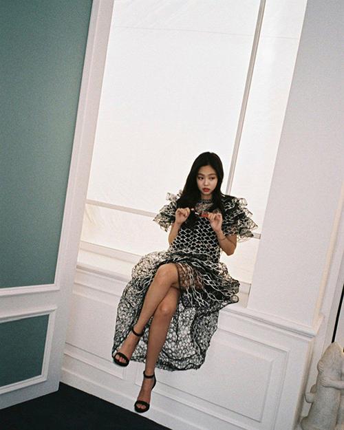 Ảnh hậu trường không qua chỉnh của của Jennie vẫn đủ sức khiến các fan thổn thức. Thành viên Black Pink hợp với trang phục hàng hiệu đắt giá.