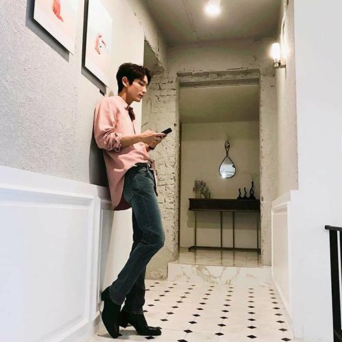 Lee Jun Ki dù mặc tông hồng vẫn đầy nam tính.