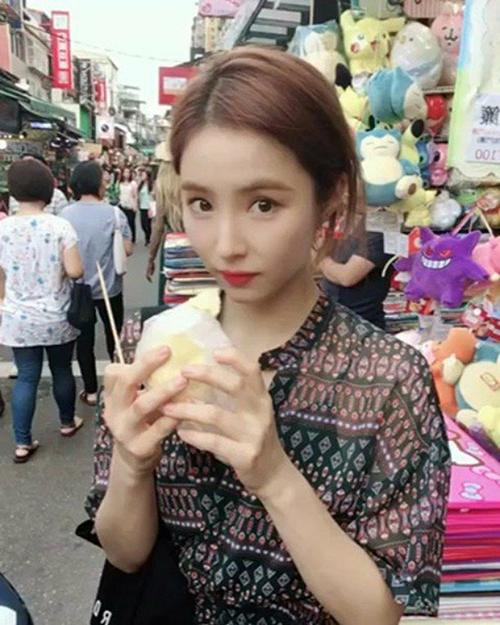 Shin Se Kyung có chuyến du lịch mùa hè. Nữ diễn viên trang điểm nhẹ, tận hưởng món ăn đường phố.