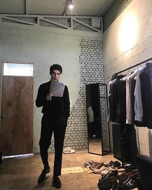 Sau khi chia tay Suzy, Lee Dong Wook tập trung vào công việc đóng viên. Mỹ nam quyến rũ khi mặc đồ đen, chăm chú đọc kịch bản.