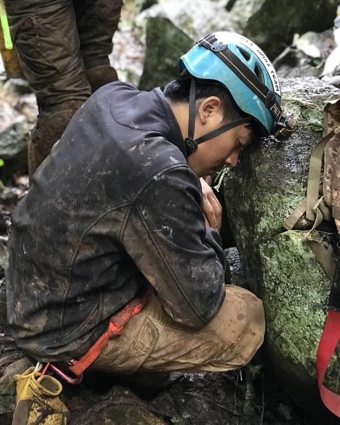 <p> Hàng nghìn lính cứu hộ cùng tình nguyện viên đã được huy động cho công cuộc giải cứu 13 nạn nhân lần này. Song vì địa hình hiểm trở cùng thời tiết khắc nghiệt, công tác cứu hộ bị trì trệ khiến nhiều người mệt mỏi, kiệt sức.</p>