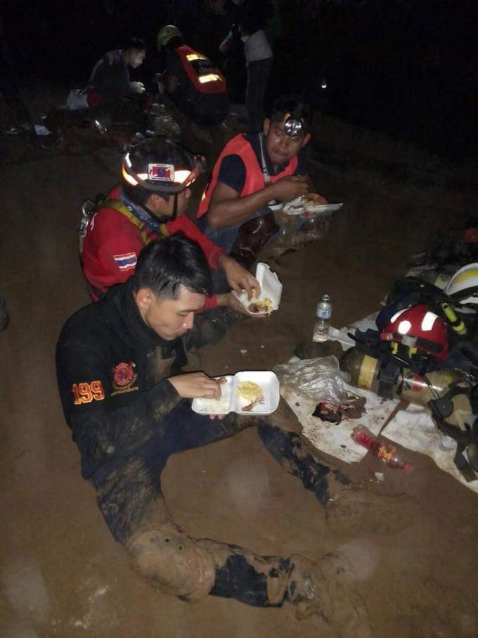 <p> Giấc ngủ còn không trọn vẹn thì những bữa ăn đối với các anh chỉ qua loa như thế này thôi. Thời gian còn lại các anh dành sức cho công tác cứu hộ.</p>
