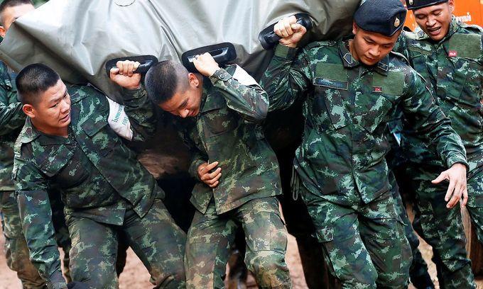 <p> Để phục vụ cho quá trình giải cứu, các chiến sĩ của lực lượng cứu hộ đã không quản nặng nhọc, cùng nhau hợp sức đưa các máy móc thiệt bị cần thiết vào nơi cứu nạn bằng cách thủ công nhất.</p>
