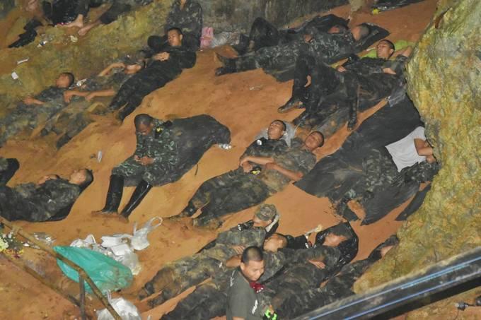 <p> Vì khẩn thiết cứu người, hầu như hơn 1 tuần qua các chiến sĩ không có 1 chút nghỉ ngơi. Không ít người xót xa khi thấy những chàng trai dũng cảm này vội vã chợp mắt để lấy lại sức, ngay cả khi dưới lưng các anh là bùn lầy.</p>