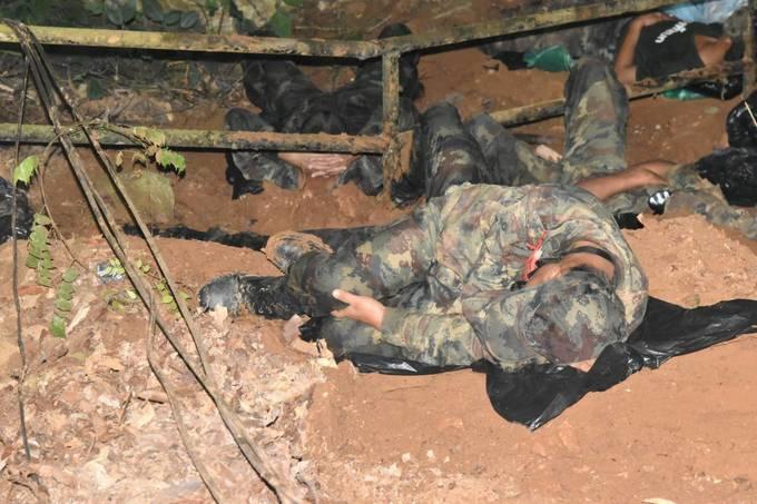 <p> Thậm chí theo SpringNews, trong quá trình cứu hộ đã có 1 chiến sĩ ngất đi vì kiệt sức. May mắn là người này đã được đưa đến bệnh viện và cứu chữa kịp thời, không nguy hiểm đến tính mạng.</p>