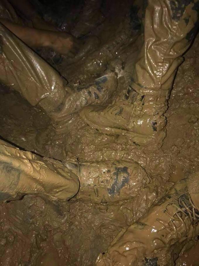 <p> Những đôi giày, gấu quần lấm lem bùn đất của những chiến sĩ khiến người dân trên toàn thế giới cảm động khi hồi hộp theo dõi công cuộc giải cứu này.</p>
