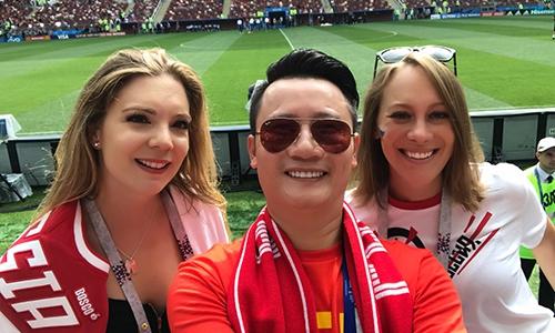 Ca sĩ Hoàng Bách (Việt Nam) sang tận Nga để xem World Cup.