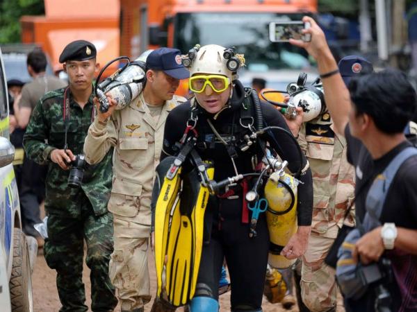 Nhà thám hiểm hang động người Anh Volanthen bước ra khỏi hang Tham Luang Nang Non. Ảnh: Telegraph