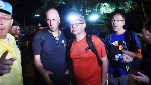 Ba thợ lặn từ Anh, Richard Stanton,Robert Harper,John Volanthen (từ trái quaphải) tới hang Tham Luang tại Chiang Rai ngày 27/6. Ảnh: AFP.