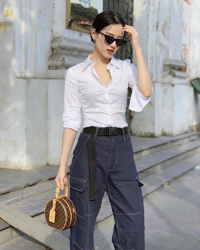 <p> Sơ mi trắng mix cùng quần jeans ống rộng tạo nên tổng thể ăn nhập, hợp xu hướng.</p>