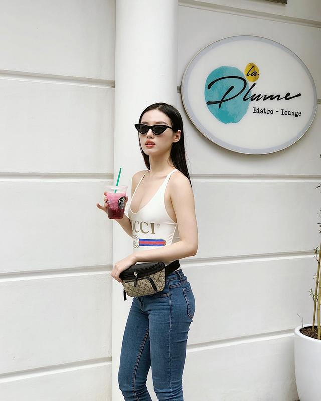 <p> Đôi lúc, Khánh Linh cũng khoe vòng 1 gợi cảm khi diện những trang phục ôm sát cơ thể, để lộ những khoảng hở táo bạo.</p>