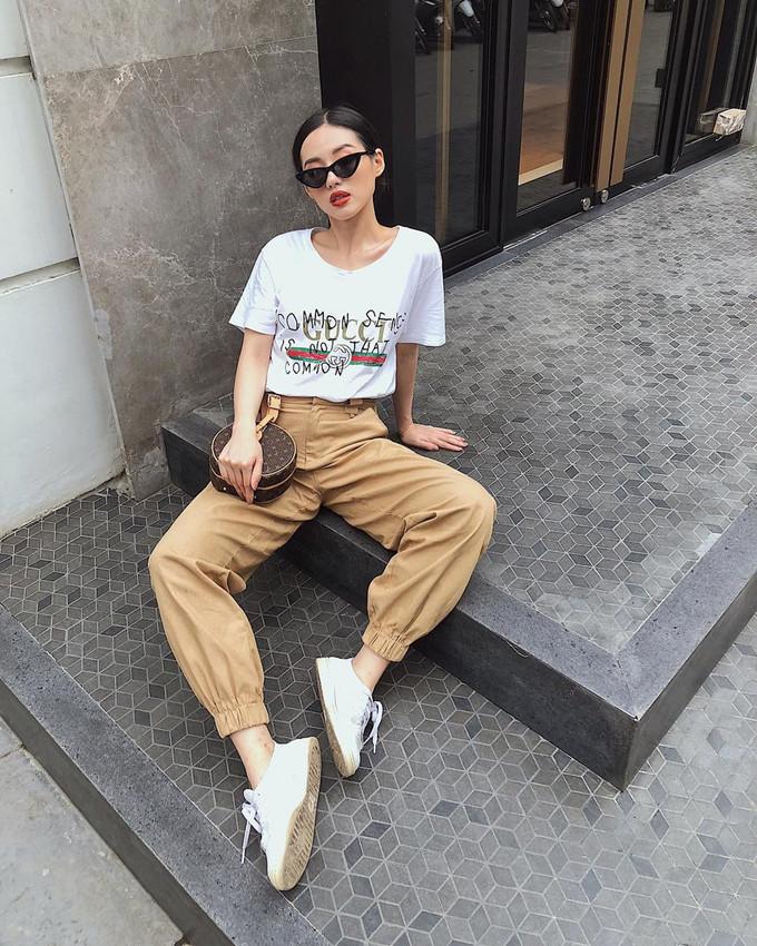 <p> Gu thời trang của Khánh Linh không bó buộc với bất kỳ phong cách nào. Cô luôn thay đổi liên tục để không bị nhàm chán. Mix áo phông Gucci cùng quần jogger và túi xách sành điệu của Louis Vuitton, hot girl sinh năm 1995 gây ấn tượng với vẻ ngoài hiện đại, trẻ trung.</p>