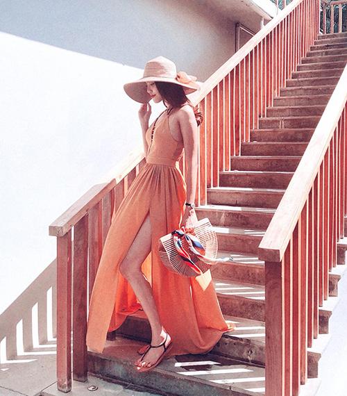 Hoa khôi còn rất biết cách ăn mặc, ưa chuộng những thiết kế xẻ tà cao vút giúp đôi chân càng được tôn lên.