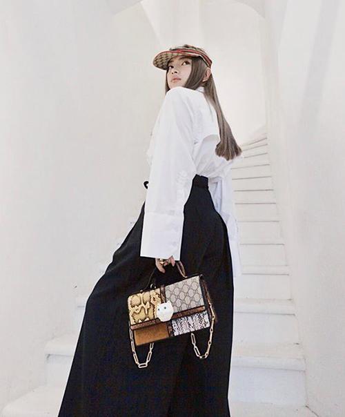 Châu Bùi liên tục khoe những bức ảnh thời trang sáng tạo với các món phụ kiện hàng hiệu chất lừ.