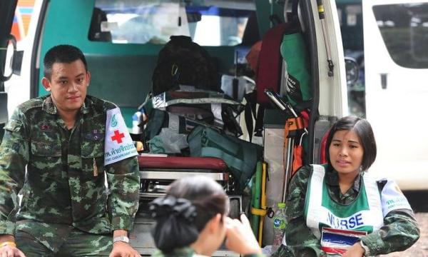 Nhân viên y tế chờ tin tức về những cầu thủ bị mắc kẹt và huấn luyện viên đã mắc kẹt trong một hang động ở Chiang Rai, Thái Lan Ảnh: Shutterstock