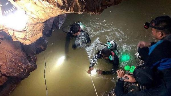 Thợ lặn bám theo dây thừng di chuyển đoạn đường 2,5km để đến được chỗ đội bóng Thái Lan. Ảnh: Sky News