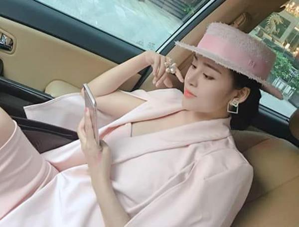 Bà Tưng đi chơi mà lên cả cây đồ hồng điệu đà chẳng khác gì quý tộc.