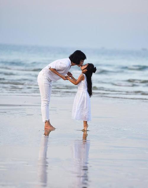 Xuân Lan và con gái cưng chu môi thơm nhau tình cảm trên biển.