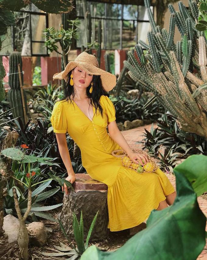 """<p> Khánh Linh rất chịu khó cập nhật thời trang thế giới. Xu hướng túi lưới đánh cá đang """"làm mưa, làm gió"""" mùa hè năm nay cũng không bị cô nàng bỏ lỡ.</p>"""
