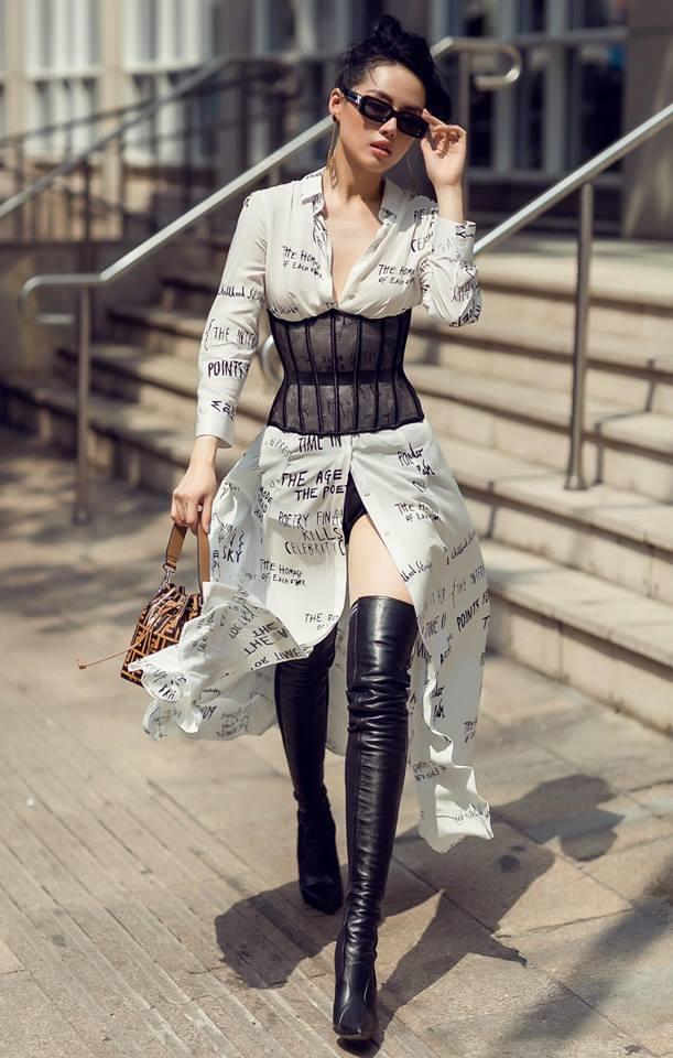 <p> Áo corset phối cùng sơ mi dáng dài và boots cao cổ là bí quyết mix đồ tạo sự khác biệt, giúp Khánh Linh nổi bật khi xuống phố.</p>