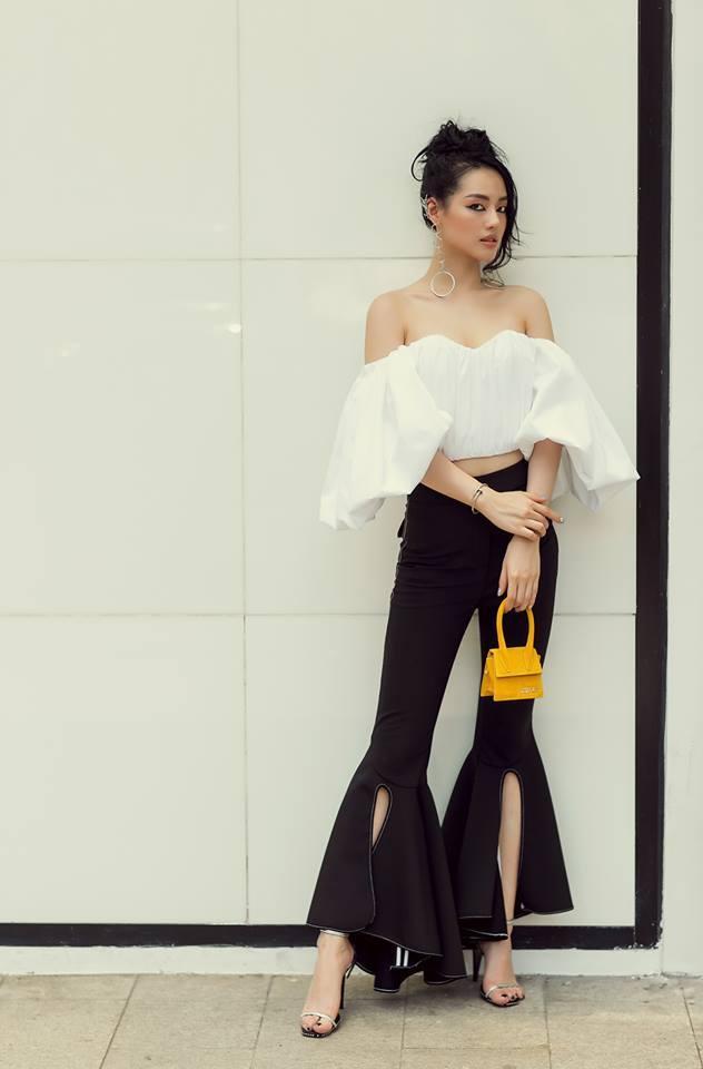 <p> Mẫu túi Le Sac Chiquito của nhà mốt Jacquemus có giá 12 triệu đồng luôn được Khánh Linh ưu ái lựa chọn trong những bộ hình street style của mình.</p>