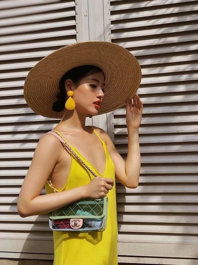 <p> Túi trong suốt của Chanel và mũ cói rộng vành là hai món phụ kiện hot nhất nhì mùa hè năm nay.</p>