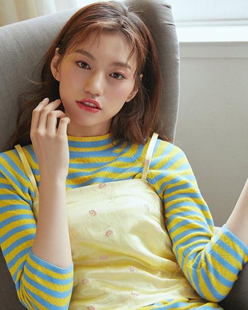 Do Yeon có đôi môi cong, ánh mắt sắc sảo và phù hợp với hầu hết kiểu trang điểm. Cô nàng đang là MC của show làm đẹp Get It Beauty nổi tiếng ở Hàn.