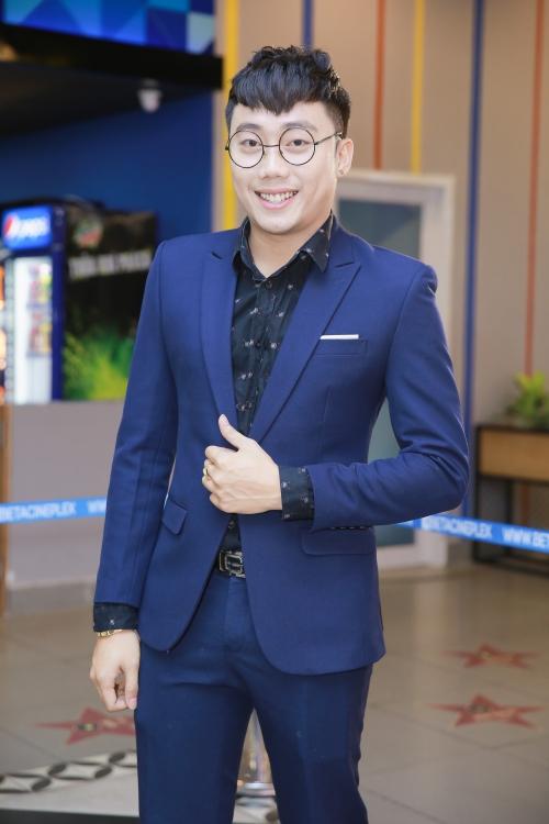 Hot boy Gino Tống đóng vai trưởng hội vỹ nhân, ghét ăn, ghét ngủ, hay chê bai người khác mập như heo nhưng bản thân mình mới& như con heo.