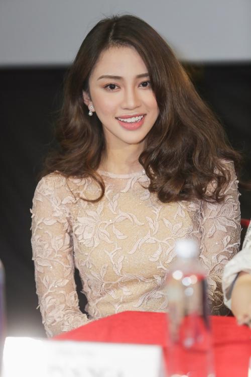 Thiên Nga The Face vào vai Nana Dương - xhuyên gia hóng hớt, ba phải, luôn tìm cách dìm hàng người nào dám đẹp hơn hội tứ đại mỹ nhân.