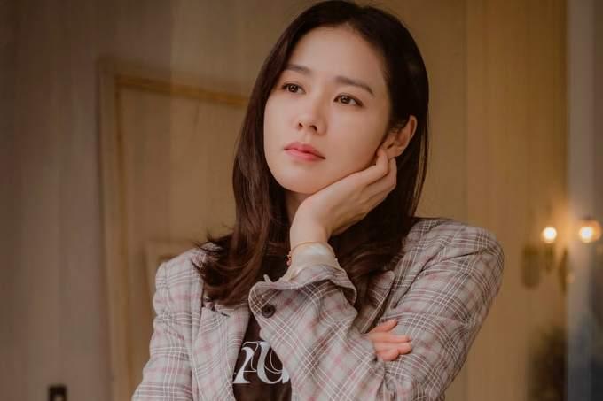 <p> Một người đẹp lứa 1982 khác chính là Son Ye Jin, mỹ nhân nổi tiếng của làng giải trí Hàn Quốc. Dù đã ở tuổi 36 nhưng làn da và nhan sắc của cô vẫn khiến nhiều người ghen tị. Năm 2018, Son Ye Jin có sự trở lại xuất sắc với drama<em> Pretty Noona Who Buys Me Food</em> và bộ phim điện ảnh <em>Be with You.</em></p>