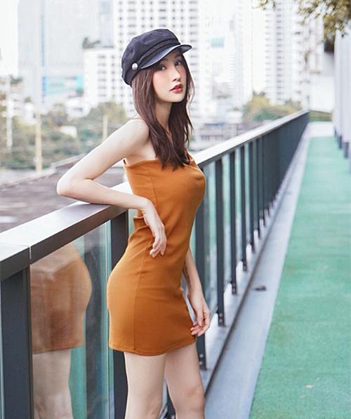 Dù kiểu váy này rất đơn giản nhưng bạn không cần kết hợp thêm