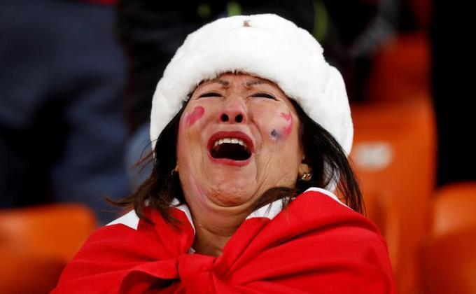 <p> Người phụ nữ Peru này cũng không nén nổi nỗi buồn khi đội nhà bị loại.</p>