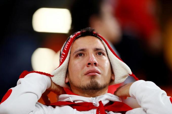 <p> Dù ở rất xa nước Nga, CĐV Peru này vẫn lặn lội đến xứ sở bạch dương cùng những chiếc áo đỏ trắng đặc trưng cho quốc kỳ nước mình. Anh đã không thể kìm được cảm xúc và thất vọng khi đội nhà bị loại.</p>