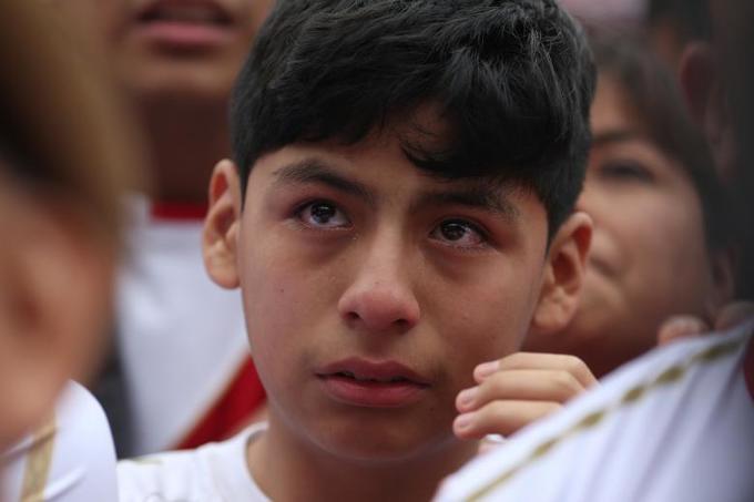 <p> Cậu bé mắt đỏ hoe trong trận đấu giữa Peru - Đan Mạch.</p>