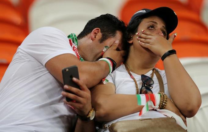 <p> Hai CĐV Iran khóc khi bị Bồ Đào Nha loại.</p>